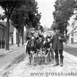 Ein Blick in die Kattowitzer Straße (heute Neekener Straße), Höhe Hof Kallenbach. Die Aufnahme datiert ebenfalls um 1930.  Auf dem Wagen sitzt Otto Kilian, am Gespann sein Schwager Ludwig Schönemann.