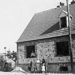 Baumschulenweg 35, Hausbau anno 1937. Im Fenster steht Opa Becker, vor dem Haus Wilhelm Becker sowie Margarethe und Klein Inge