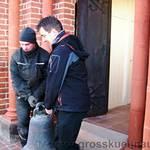 Pfarrer Grötzsch trägt die Glocke mit aus unserer Kirche