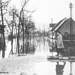 Dieses Bild von 1953 zeigt das Hochwasser auf dem Friedrichsplatz, Blickrichtung Förstersumpf.