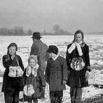 Die zugefrorene Elbe  v.l.: Renate Kallenbach, Ina Sommer, Manfred Sommer, Regina Kallenbach, im Hintergrund Karl Kitzing